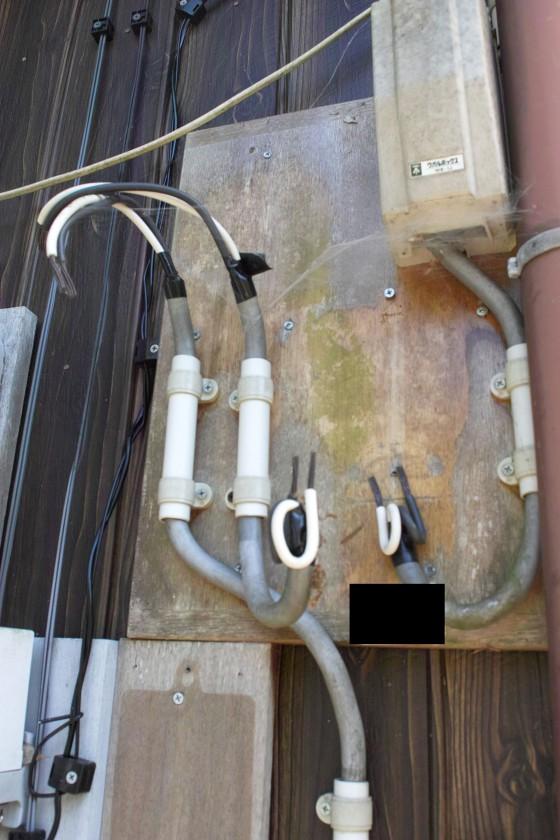 外された電気検針メーターの配線