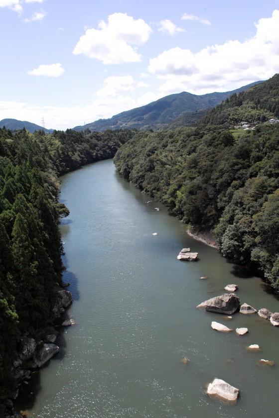 発電所から少し離れると渓谷のような物部川を見ることができます