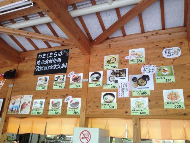 食堂に飾られた料理写真。
