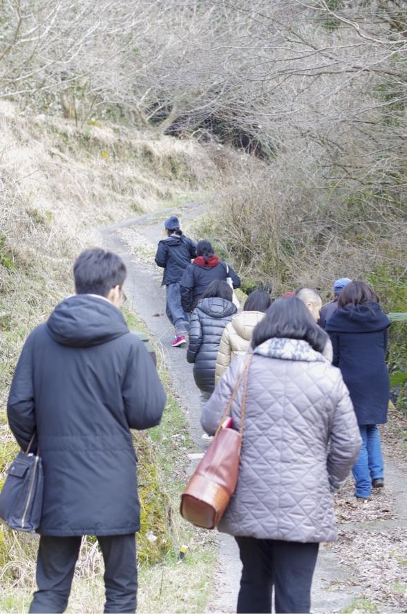 田舎の民家へ登る坂道