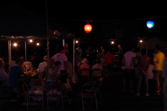 夜も更けステージでは地元バンド「オチウド」の第2ステージも。