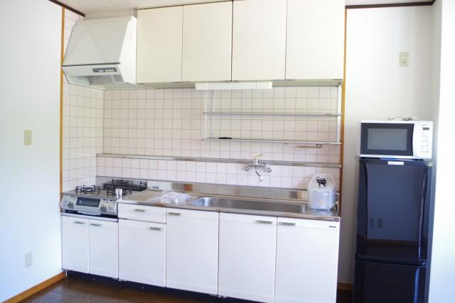 使いやすいキッチン。電子レンジや冷蔵庫、炊飯器など家電を完備しています。