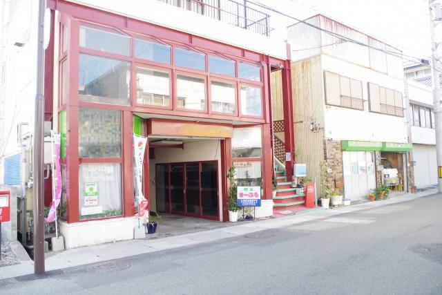 香美市土佐山田町西町にある赤い鉄筋が目印。