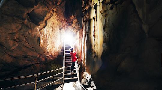 龍河洞-洞内-天降石(540)