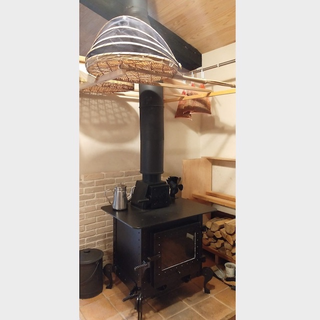 −薪ストーブ− 暖房や調理だけでなく乾物づくりにも大活躍