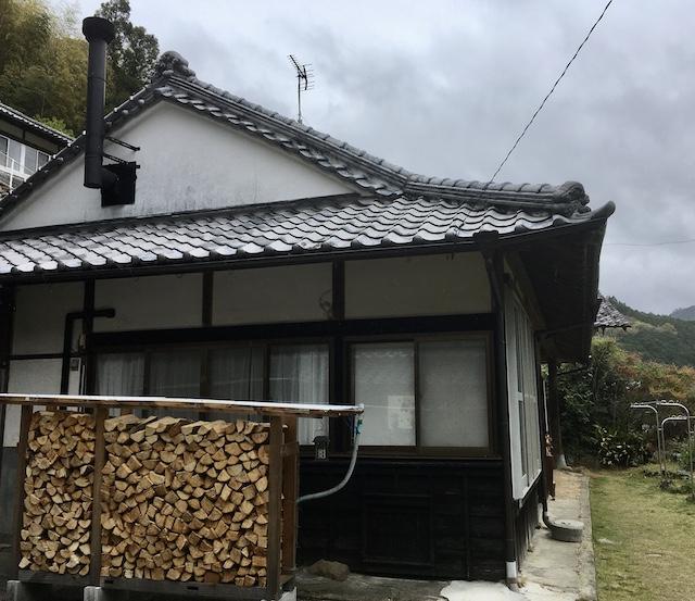 −母屋− 敷地内のあちこちに薪のストックが積まれている