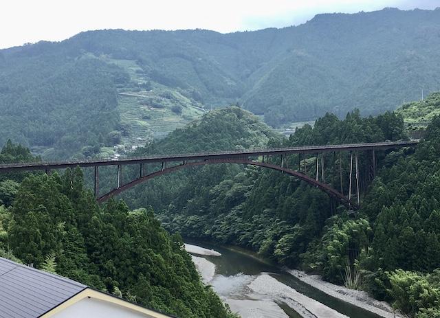 −仙頭大橋と影仙頭集落− 物部川にかかる仙頭大橋のおかげで、柚子農園へ通う選択が可能となっているそうだ。山間地は、橋の存在が集落を支えている。